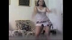 بنت مصرية ترقص ثم تلعب بكسها وطيزها