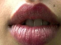 La danse adolescente arabe suce et baise le gros bisou sur la bande de sexe