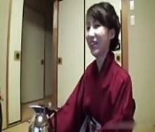 Une Japonaise sexy entre deux excités